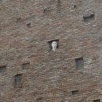 La testa marmorea incastonata nella torre